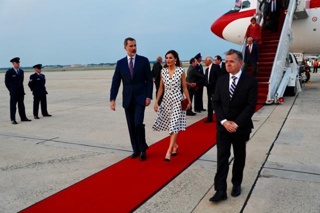 Foto Don Felipe y doña Letizia en su flamante llegada a Washington