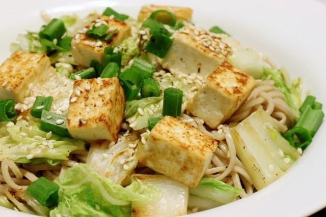 Foto Donde más se utiliza el tofu es hervido en ensaladas o cocinado a la plancha
