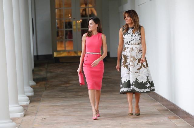 Foto Letizia Ortiz y su total look rosa vencen a una Melania Trump selvática y salvaje