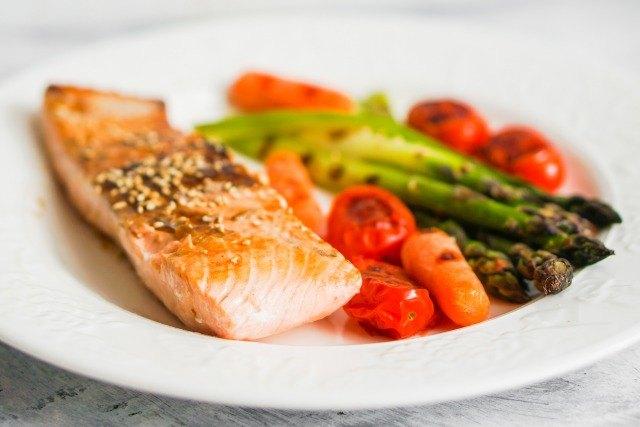 Foto Los tomates y el salmón, ricos en carotenoides, protegen la piel de los rayos solares nocivos