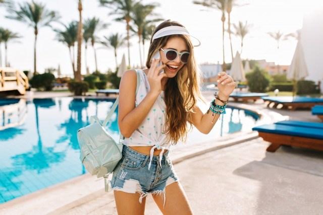 Foto Unos shorts vaqueros, una camiseta blanca y unas gafas de sol, los básicos del verano