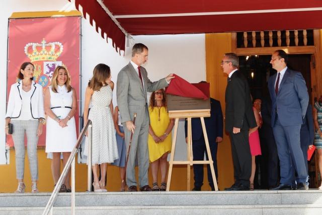 Foto Don Felipe y doña Letizia descubren una placa conmemorativa de su visita a Bailén