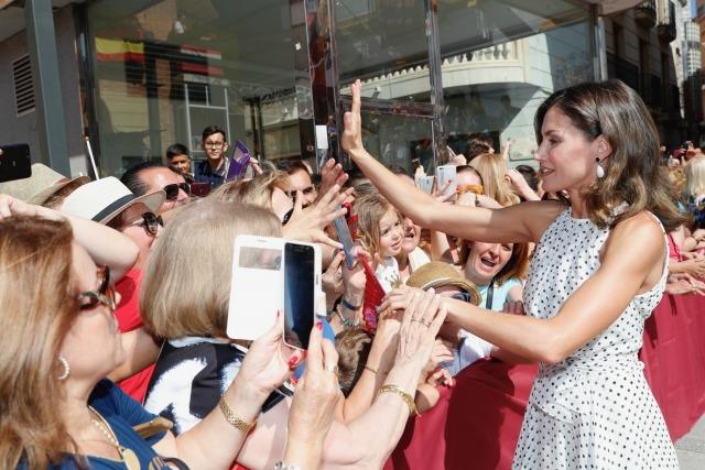 Foto La reina Letizia se da un baño de masas en Bailén con su look en blanco y negro más femenino del verano