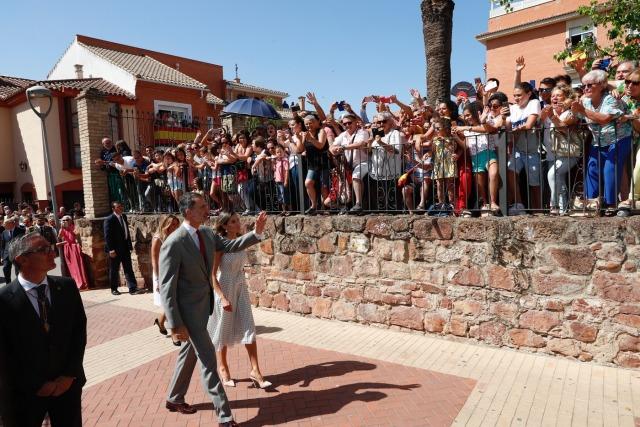Foto Don Felipe y doña Letizia durante su recorrido por las calles de Bailén