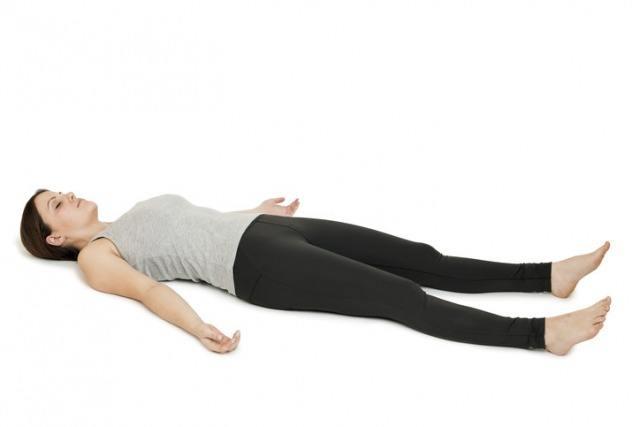 Foto Postura de yoga savasana o postura del cadáver