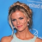 Brooklyn Decker con trenza griega
