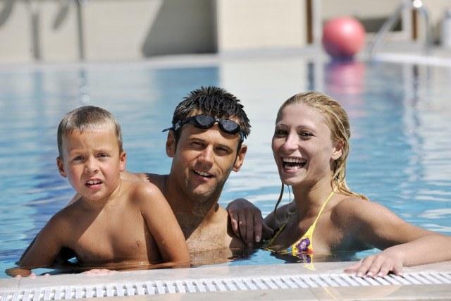 Foto La natación es una de las actividades más divertidas que se pueden practicar en familia