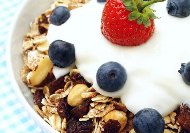 Foto Incluye cereales integrales como la avena en el desayuno para estimular la saciedad