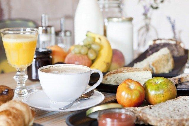Foto Un desayuno saludable puede incluir alimentos salados así como dulces