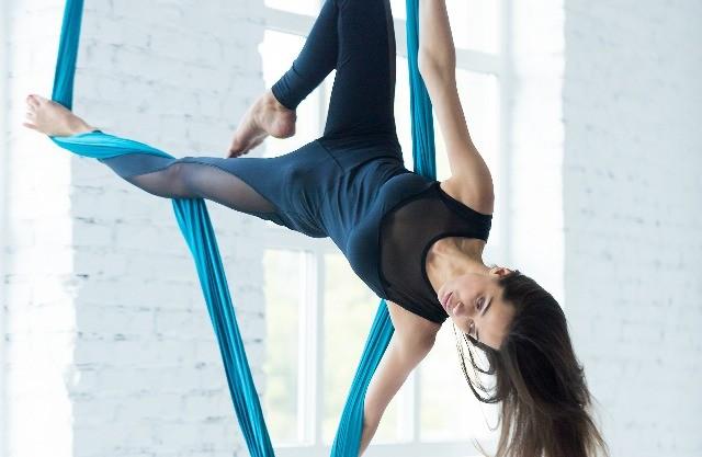 Foto Aeroyoga, una combinación de Yoga con movimientos acrobáticos, ejercicios de Pilates y danza