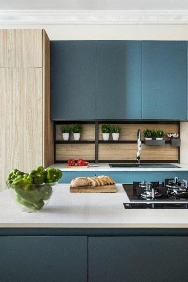 Foto Las cocinas de líneas claras y materiales nobles como el roble combinados con tonos antracita se imponen en 2019
