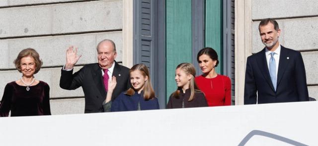 Foto Los Reyes con sus hijas y los reyes eméritos en el 40º aniversario de la Constitución Española