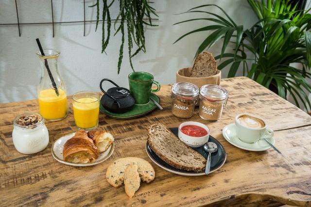Foto Zumos de frutas, leche y pan, el desayuno perfecto para combatir la resaca