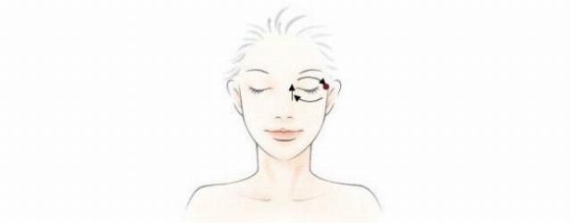 Foto Masaje para aplicar el contorno de ojos y eliminar las ojeras