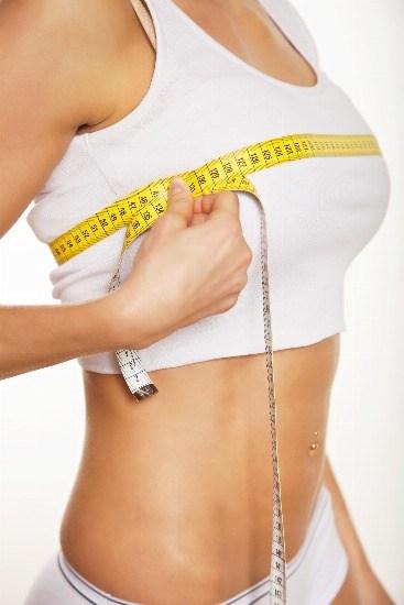 Foto La reducción de pecho se realiza generalmente para aliviar un problema físico