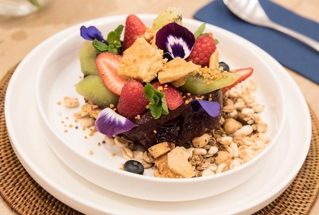 Foto Sorbete de açaí con frutas variadas
