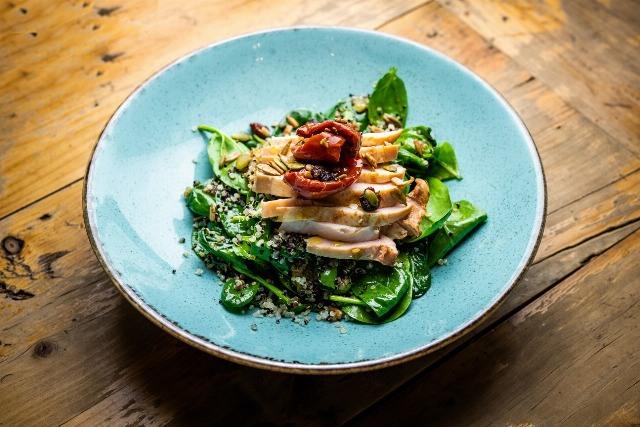 Foto Las ensaladas son una de las maneras más cómodas de incorporar espinacas a nuestra dieta