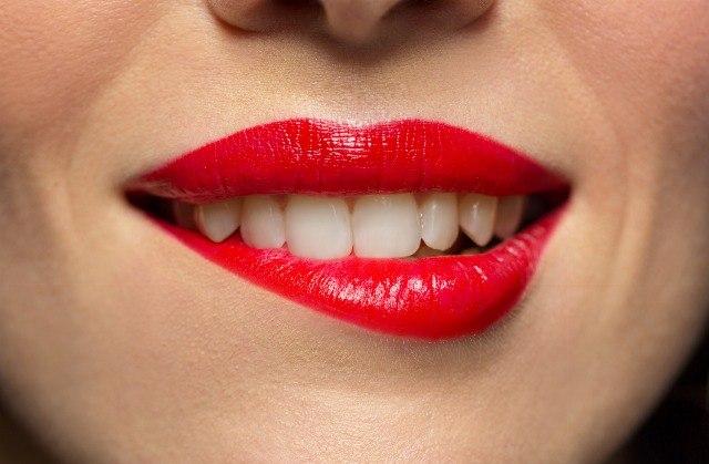 Foto Cómo evitar que se manchen los dientes con la barra de labios