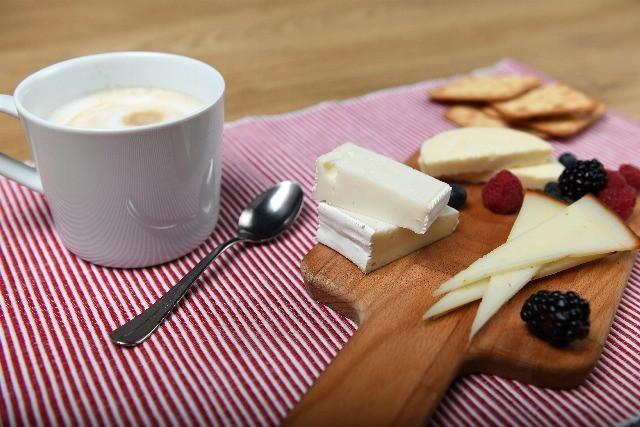 Foto Tabla de quesos para disfrutar en el desayuno