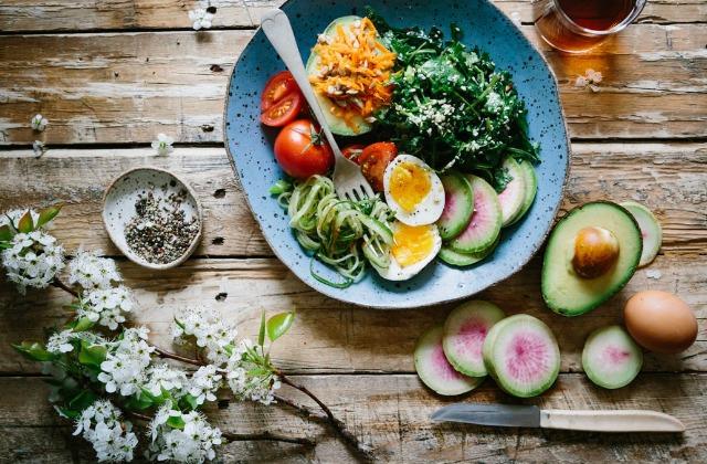Foto Lleva una dieta equilibrada rica en alimentos frescos para fortalecer el sistema inmunológico