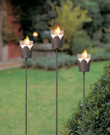 Foto Portavelas de hierro para iluminar el jardín