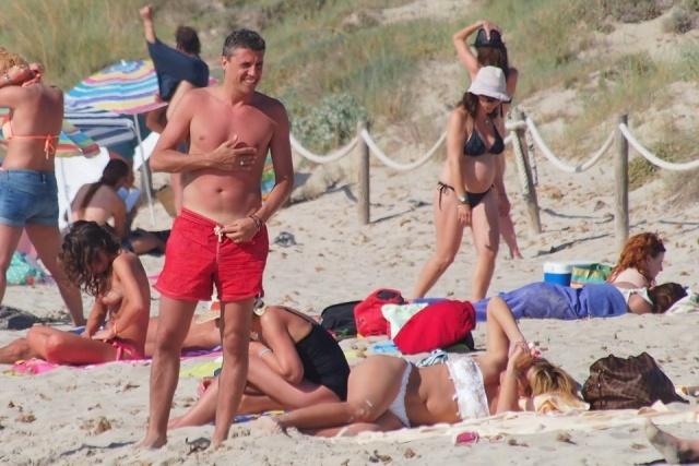 Foto Alessia Rossi Andra toma el sol mientras su marido, Hernán Crespo se ha quemado en la playa de Ibiza
