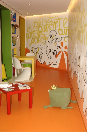 Foto Llena de diversión y color las paredes de la habitación de los niños