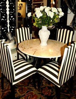 Foto Un tablero de mármol con elegantes sillas de tapicería estilo cebra en negro y blanco.
